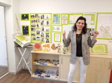 Integrationsassistentin Akila Cheich Houssein mit kleiner Corona-Ausstellung im Haus der Begegnung (Bildnachweis für alle Fotos © Stadt Minden