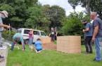 Ehrenamtliche bauen Hochbeete (1)
