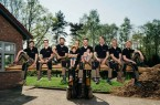 Bildzeile: Tim Brüggemann von der Formfreund Holzmanufaktur mit seinem Team