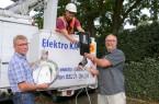 Rüsten um: Frank Rottmann (WestfalenWeserNetz), Björn Veith (Elektrofirma Klein) und Karsten Unger (Stadt Bünde) beim Einbau der neuen LED-Beleuchtung.