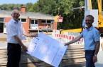 v.l: Thomas Becher (Fachbereichsleiter Immobilienmanagement bei der Stadt) und Eckhard Uhr (stellv. Leiter des städtischen Bauhofs) sind von der neuen Heizungsanlage überzeugt. © Stadt Rheda-Wiedenbrück