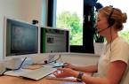 Gerrit Fischer vom Kompetenzzentrum Frau und Beruf OWL zeigt wie Veranstaltungen für die Unternehmen im Kreis Höxter zurzeit ablaufen.  Foto: GfW