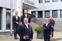 vlnr.: Bürgermeister Theo Mettenborg (links) und Tobias Düpjohann (rechts) begrüßen die neuen Ordnungsdienstmitarbeiter Manuel Kraberg (vorn), Timo-André Stork (hinten) und Julia Pazurek.Foto: Stadt Rheda-Wiedenbrück