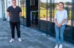 Jan Schröder aus Bad Salzuflen und Joelina Zelmer aus Hüllhorst sind die neuen Auszubildenden bei AUBI-plus Foto: AUBI-plus GmbH