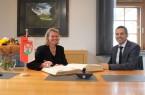 Die neue Regierungspräsidentin Judith Pirscher unterzeichnet zusammen mit Bürgermeister Burkhard Schwuchow einen Eintrag ins Goldene Buch der Stadt Büren.