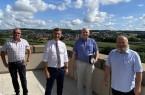 Auf dem Bild auf dem Balkon des Vlothoer Rathauses sind von links nach rechts zu sehen: Mitarbeiter Axel Mowe, Bürgermeister Rocco Wilken, Dr. Frank Meyer (Vizepräsident des Lions Club Bad Oeynhausen) und Bernd Kunz (Präsident des Lions Club Bad Oeynhausen) .Foto: