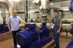 Wasserwerksleiter Bernd Feldmann (von links) und Industriemechaniker Peter Reimer neben einer Reinwasserpumpe.Foto: Stadt Gütersloh