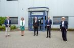 Minister Prof. Dr. Andreas Pinkwart (Bildmitte), Landrat Sven-Georg Adenauer (links) und Landrat Dr. Olaf Gericke sprachen zum Abschluss des Ministerbesuchs mit Unternehmensvertretern in der Oelder Pott's Brauerei. Foto: Jean-Marie Tronquet