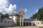 """Biologe Sven Mecke überragt """"sein"""" Naturkundemuseum im Marstall: Die Kultour Caching App zeigt die freigestellten Videos der Museumsroute in den gewünschten Größenverhältnissen und am gewünschten Ort..Foto: © Christoph Gockel-Böhner"""