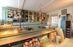 Die Ladeneinrichtung im Haus Schwenger ist nur ein Beispiel wie sich das Thema Konsum über das ganze Gelände des LWL-Freilichtmuseums erstreckt. Foto: LWL/Klein