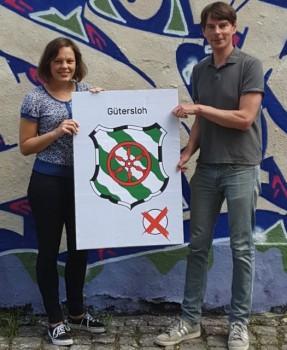Helfen bei der Entscheidung für das richtige Kreuz: Jana Felmet und Steffen Böning von der Weberei.Foto: Weberei