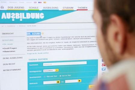Unter www.dr-azubi.de bekommen Berufsanfänger Rat rund ums Thema Ausbildung – auch in Corona-Zeiten. Foto: NGG