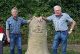(v. l.) Denkmalpfleger Ulrich Paschke und Hans-Georg Baumeister übergaben den frisch restaurierten Grenzstein jetzt der Öffentlichkeit.Foto: Stadt Gütersloh