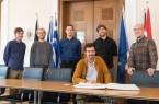 """Das Bild zeigt die Band """"Hans im Glück"""" im großen Sitzungssaal des Detmolder Rathauses mit dem Goldenen Buch der Stadt. Foto: Stadt Detmold"""