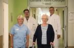 Nach einem Oberschenkelhalsbruch möchte Ruth Sternberg (zweite von rechts) wieder auf die Beine kommen. Dabei unterstützt wird die 84-Jährige von (von links) Physiotherapeutin Antje Schomburg, Chefarzt Frank Blömker und Oberarzt Dr. Claus-Oliver Bolling.Foto:  St. Ansgar Krankenhaus