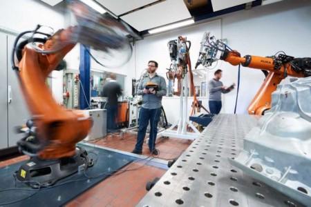 """Blick in einen Bereich des """"Laboratoriums für Werkstoff- und Fügetechnik"""" (LWF) an der Fakultät für Maschinenbau.Foto: Matthias Groppe"""