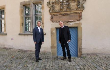 """Freuen sich über die Fortführung des Gedenkjahrs """"Pauline 2020"""": Dr. Albert Hüser (Lippischer Heimatbund, r.) und Jörg Düning-Gast (Verbandsvorsteher). Foto: Landesverband Lippe"""