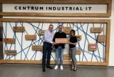 Bildunterschrift: Freuen sich über die neue Partnerschaft: Martin Lorenz und Jörn Krimpenfort von TOSIBOX und CIIT-Gesch.ftsführerin Margarethe Nickel. Foto: CENTRUM INDUSTRIAL IT