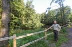 Thomas Fritzemeier am Teich im Heimbachtal, die Forstabteilung hat noch einen neuen Holzzaun errichtet.Foto: Landesverband Lippe