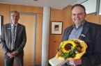 Landrat Sven-Georg Adenauer verabschiedet Dr. Wolfgang Schwentker in die Freizeitphase der Altersteilzeit. Foto: Kreis Gütersloh.Foto: Kreis Gütersloh