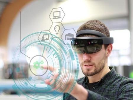 Wie kann der Einsatz von Augmented Reality (erweiterte Realität) in Unternehmen unterstützt werden? Mit dieser Frage beschäftigt sich eins der sechs neuen Projekte von it's OWL. Foto: © Fraunhofer IOSB-INA.