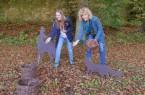 Abenteuer Wald: Dr. Christiane Wabinski und Rebecca Schmidt von der Dalheimer Museumspädagogik haben die Outdoor-Rallye gemeinsam geplant. Am Ende gibt es ein Eichel-Wettwerfen für die kleinen und großen Entdecker. (Foto: LWL/Kristina Schellenberg)