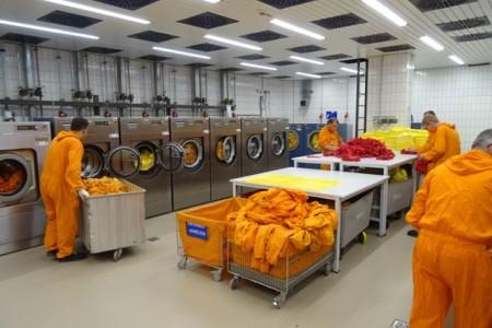 Hochleistungs-Wäscherei: Auch die Mitarbeiter, die hier tätig sind, tragen Schutzanzüge – wie alle im Kontrollbereich von Block C im Kernkraftwerk Gundremmingen. Mit Miele-Technik wird die komplette Berufskleidung hygienisch aufbereitet. (Foto: Kernkraftwerk Gundremmingen GmbH)