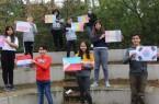 Die Kinder präsentieren stolz die selbstgemalten Flaggen ihrer Heimatländer.Foto: Kreis Gütersloh