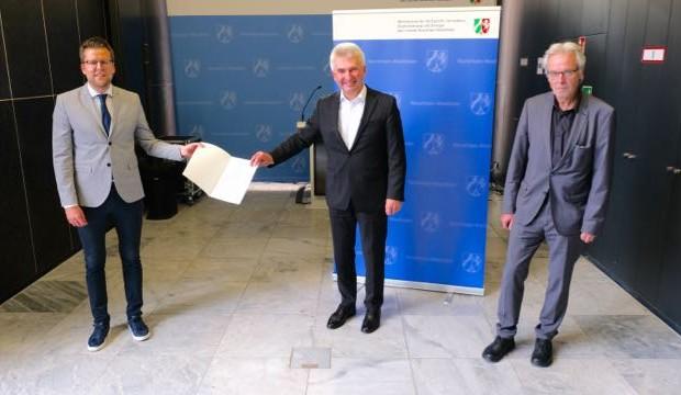 Startschuss für die Imagekampagne: (v.l.) Matthias Vinnemeier (pro Wirtschaft GT) nahm den Förderbescheid von Wirtschaftsminister Prof. Dr. Andreas Pinkwart (Mitte) im Beisein von Josef Wegener (Bezirksregierung Detmold) in Düsseldorf entgegen (Foto: MWIDE NRW).