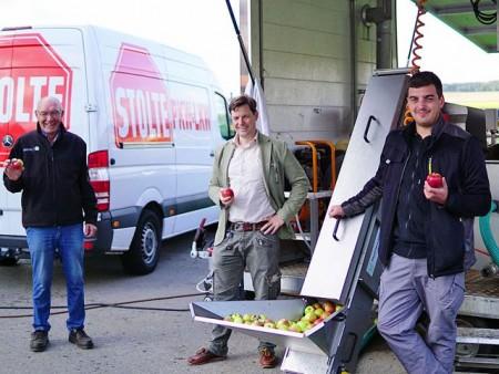 Apfelpresstag - Hendrik Rottländer (Mitte) freut sich über die Unterstützung des Maschinenrings, Wilhelm Nolte (links) und Christoph Schnückel (rechts).Foto: Stadt Brakel