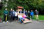 Die Rödinghauser Bänke und Waldsofas bekommen viel Lob von Einheimischen und Gästen. Bürgermeister Ernst-Wilhelm Vortmeyer (Mitte) bedankte sich bei allen Beteiligten für ihr Engagement.