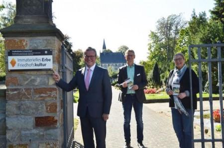 nBürgermeister Michael Dreier (links) enthüllte im Beisein von Michael Kriesten vom Amt für Umweltschutz und .Foto: © Stadt Paderborn