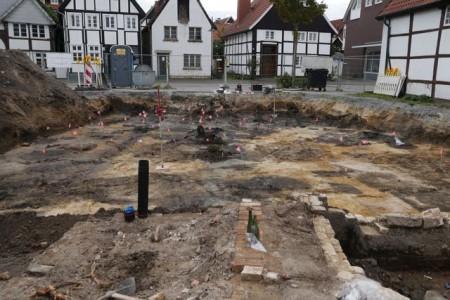 Mit den Fähnchen markieren die Archäologen die zahlreichen Befunde. Foto: Robert Süße/EggensteinExca