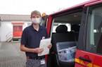 Jonas Scholle vom Deutschen Roten Kreuz macht die Tests bei den Betroffenen. Foto: Kreis Lippe