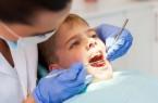 Für die Zahnvorsorge von Kinder und Jugendlichen unter 18 Jahren gilt in diesem Jahr noch eine Corona-Sonderregelung beim Festzuschuss zu Zahnersatzkosten. Foto: AOK/hfr.