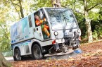 Mit elf Kehrmaschinen, zum Teil im Schichtbetrieb, ist der ASP zurzeit in der Stad Paderborn unterwegs, um das Laub und die Baumfrüchte zu beseitigen. Die manuellen Mitarbeiter sind zusätzlich mit Besen im Einsatz.Foto: © ASP