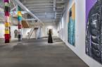 """Blick in die Ausstellung """"anziehend. Kunst-Kleider und textile Objekte"""" in der Städtischen Galerie in der Reithalle.Foto: © Kalle Noltenhans"""