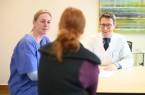 Spitzenbehandlung für urologische Krebserkrankungen: Dr. med. Meike Meier, Fachärztin für Urologie, und Chefarzt Prof. Jesco Pfitzenmaier im Gespräch mit einer Patientin.Foto:  evkb-uroonkologisches-zentrum