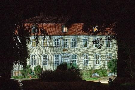 Netz-Projektion auf das Wasserschloss als Probe für den Lichtkunst-Spaziergang, 2020. Foto: © Katarina Veldhues/Gottfried Schumacher,