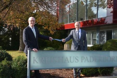 Manfred Müller (links im Bild) übergibt die Amtsgeschäfte an den neuen Landrat des Kreises Paderborn, Christoph Rüther. Bildnachweis: Amt für Presse- und Öffentlichkeitsarbeit, Meike Delang
