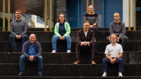 Das interdisziplinäre Forschungsteam rund um Prof. Dr. Udo Seelmeyer, Prof. Dr. Dominic Becking (beide FH Bielefeld) und Prof. Dr. Marc Weinhardt (Universität Trier) (1. Reihe v.l.) Foto: FH Bielefeld