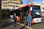 Begutachten exemplarisch einen neuen Bus: Landrat Dr. Axel Lehmann, Achim Oberwöhrmeier, Geschäftsführer der KVG, und Sven Oehlmann, Geschäftsführer von Weser-Werre-Bus (v.l.). (Foto: KVG)