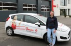 : Karlotta Hensch absolviert ein freiwilliges soziales Jahr (FSJ) bei den Johannitern Lippe- Höxter und unterstützt beim Versenden der Hausnotruf- Geräte, diekontak tlos installiert  werden können, Foto: Johanniter