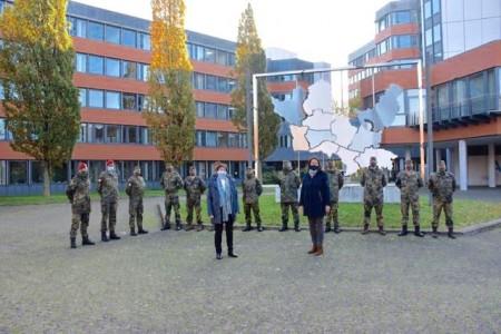 Landrätin Anna Katharina Bölling begrüßt Soldaten der Bundeswehr am Kreishaus .Foto: Mirjana Lenz/Kreis Minden-Lübbecke
