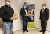 """Bürgermeister Michael Dreier (rechts) verabschiedete sich von Günter Helling, der nach fast 20 Jahren in der Geschäftsführung des Vereins """"KIM – Soziale Arbeit e.V."""" in den Ruhestand geht. Sein Nachfolger wird Andre Rusch (links).Foto:© Stadt Paderborn"""