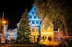 Vor dem illuminierten Rathaus steht in diesem Jahr eine rund 19 Meter hohe Nordmanntanne - der bislang größte Weihnachtsbaum auf dem Rathausplatz. 150 Meter Lichterkette bringen ihn zum Strahlen.Foto:© Stadt Paderborn