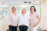 Das Team des ServiceCenters ist in den Adventstagen mit erweiterten Öffnungszeiten für Sie da. Von links: Sabrina Heitmann, Karin Nottbrock, Melanie Kinter (Foto: Michael Adamski - Gütersloh Marketing).