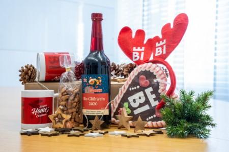 """""""Tassen, gebrannte Mandeln, Glühwein, Lebkuchenherz und ein paar Überraschungen kommen in die Bielefelder Weihnachtsmarkt-Box."""" Foto: Bielefeld Marketing/Patrick Piecha"""