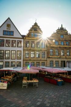 Der Altstadtmarkt findet weiterhin an drei Tagen in der Woche auf dem Alten Markt und auf der Niedernstraße statt. Foto: Bielefeld Marketing/Franziska Beckmann