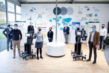 Projektbeteiligte von wertkreis, Rethink Robotics und der Universität Duisburg-Essen mit dem Cobot Sawyer. Foto: wertkreis GT
